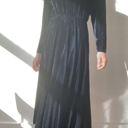 vestido em veludo e gola de renda 44355068