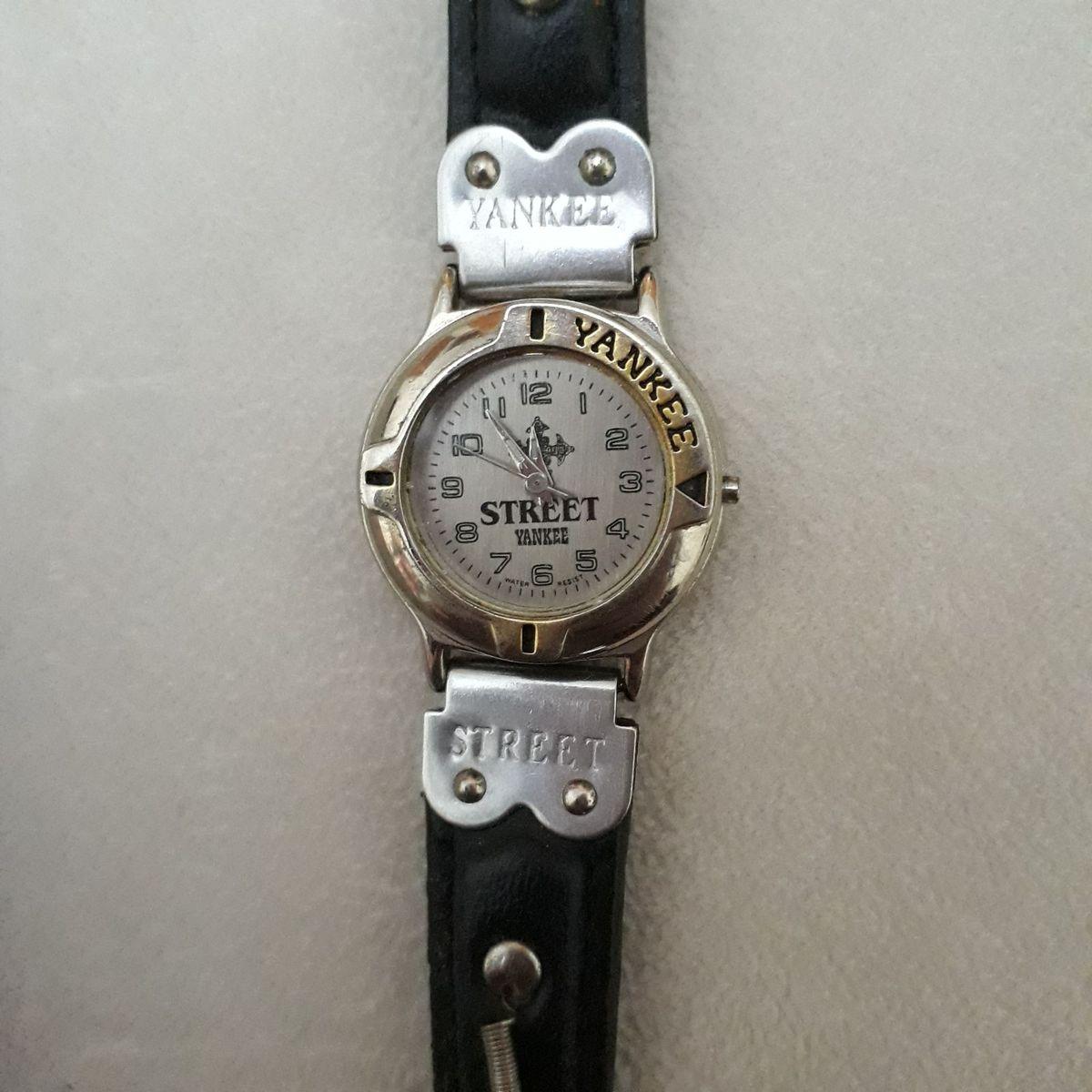 1c34ac1fa9c Relógio Feminino Yakee Street Antigo Década de 90 Prateado Pulseira Preta