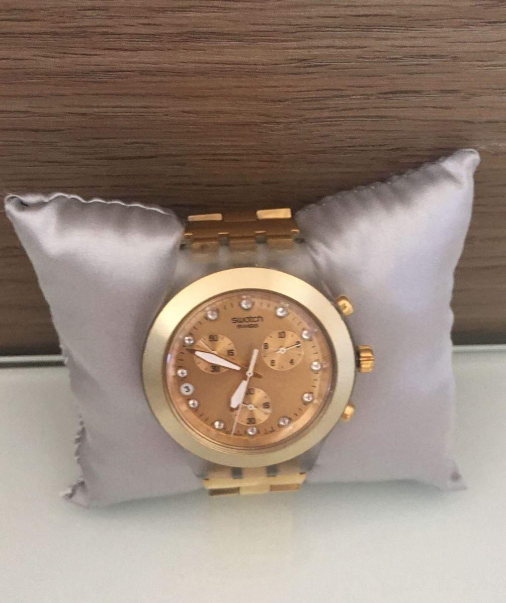 740c5066fd4 relógio swatch swiss dourado - relógios swatch.  Czm6ly9wag90b3muzw5qb2vplmnvbs5ici9wcm9kdwn0cy81mzq3mtu1lzg3mda0zdm5ymixnmrjnjy5ngzlzjaznte4ogqyn2qxlmpwzw  ...