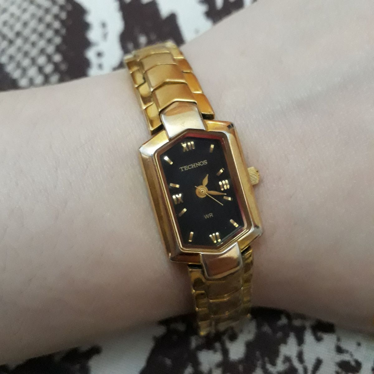7e01fe1b626 Relógio Technos Feminino Analógico Pulseira Dourada em Aço Delicado  Mostrador Preto