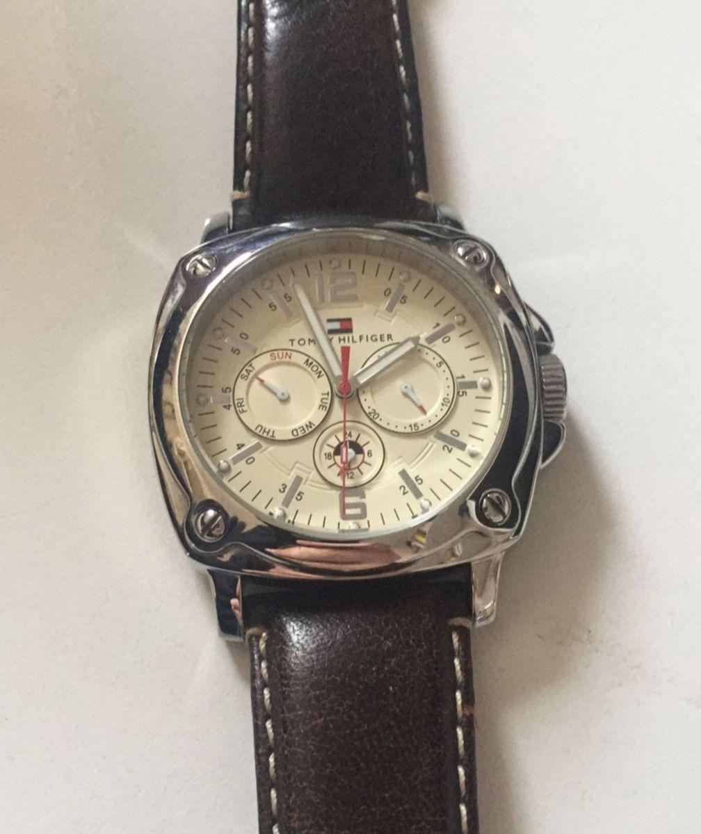 d6e19344c85 Relógio Tommy Hilfiger Fundo Bege