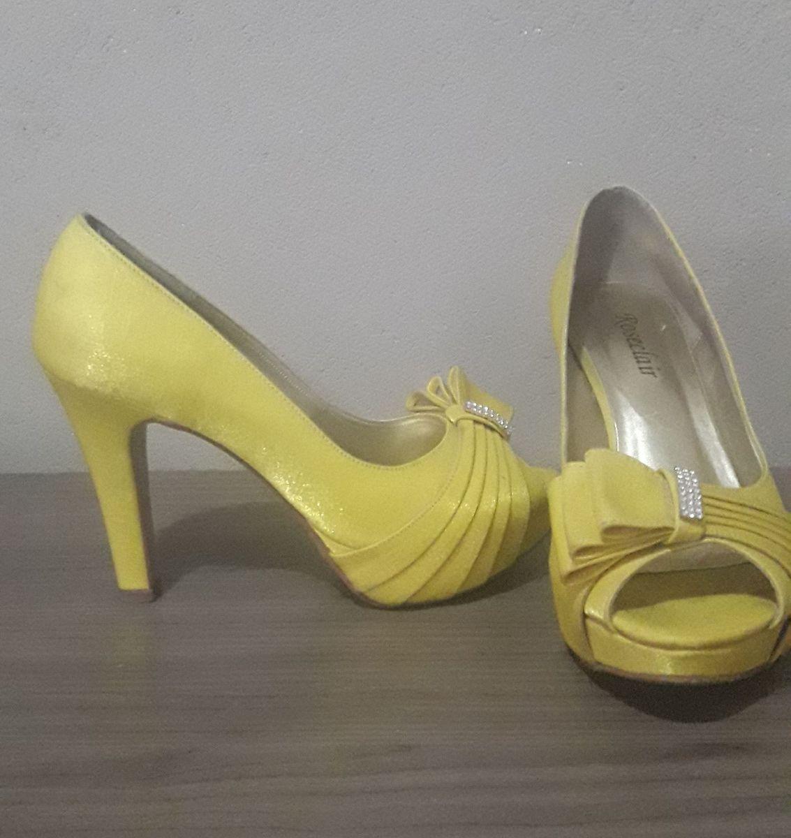 aed95e60a salto amarelo cetim - sapatos roseclair.  Czm6ly9wag90b3muzw5qb2vplmnvbs5ici9wcm9kdwn0cy81ndawmdazlzviywu0ndc0mjexmzm2yzzhnguyy2iwm2m3ntnmmjkzlmpwzw