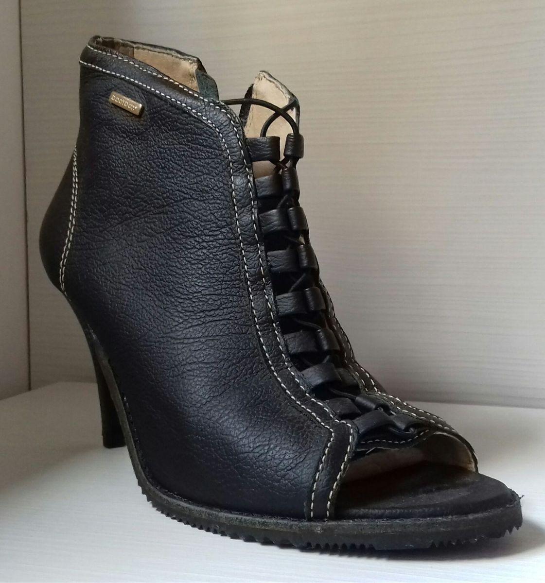 87f5e1c0e18 sandália bota preta - sapatos bootbox.  Czm6ly9wag90b3muzw5qb2vplmnvbs5ici9wcm9kdwn0cy81mjc1nzg3l2jkmjmxyjhjztyxotvlmtbmngfhotzkmmm2yzm4owjilmpwzw  ...
