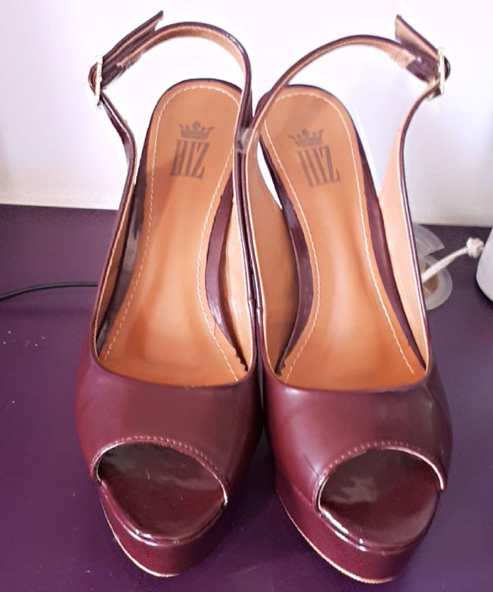 d3368c2e1f sandália vinho peep toe - sandálias hiz.  Czm6ly9wag90b3muzw5qb2vplmnvbs5ici9wcm9kdwn0cy83nzi1ntavmty1yta2ztzjotuwmtjim2rlnda0mwu3ztbhn2zhztguanbn  ...
