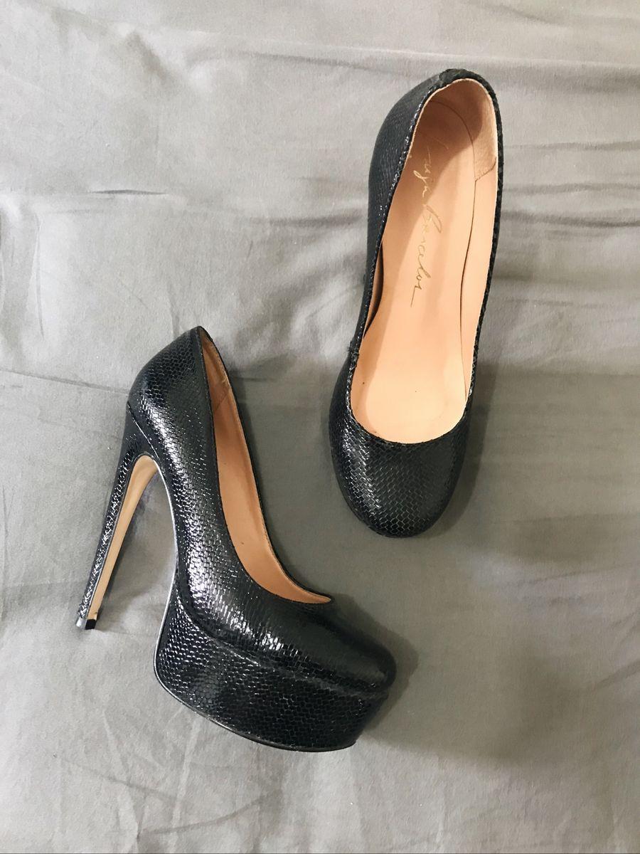 c33029e3eb sapato bico redondo preto croco luiza barcellos - sapatos luiza barcelos
