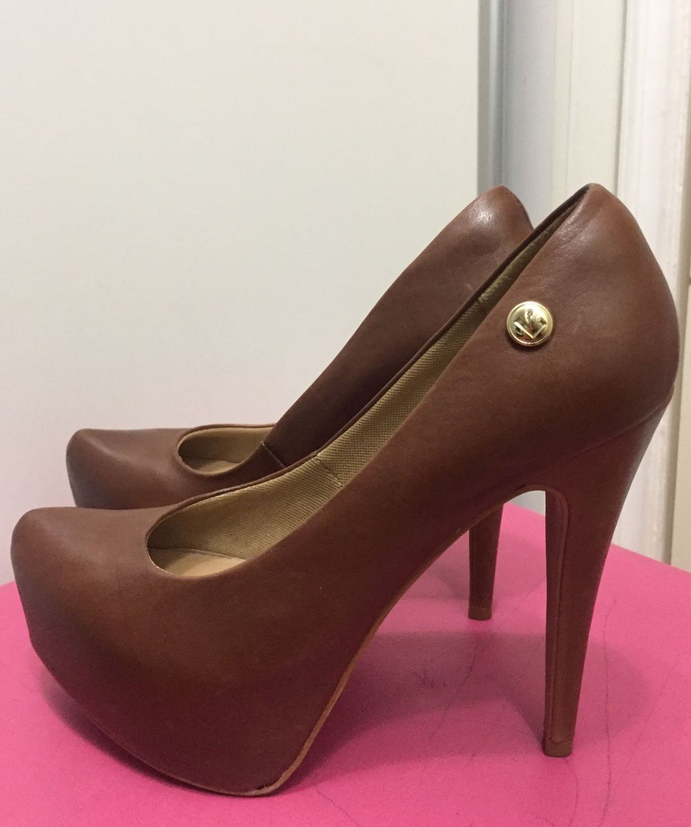1f99775b72 sapato salto alto marrom - sapatos lara.  Czm6ly9wag90b3muzw5qb2vplmnvbs5ici9wcm9kdwn0cy85ntiznzqvmdfjotm3yjc0otbkytg4otkxywqxyju2mtvkzde1mzcuanbn