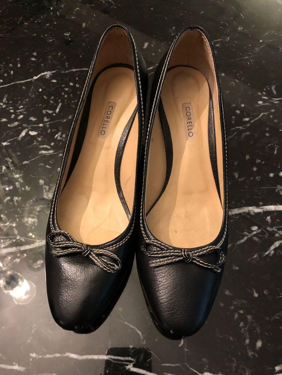 6d5cd82383 scarpin corello couro preto - sapatos corello.  Czm6ly9wag90b3muzw5qb2vplmnvbs5ici9wcm9kdwn0cy80odu5lzzhnjcxm2fkm2e1zwy5m2jhymnmzguxyjdlngi1ytnilmpwzw  ...