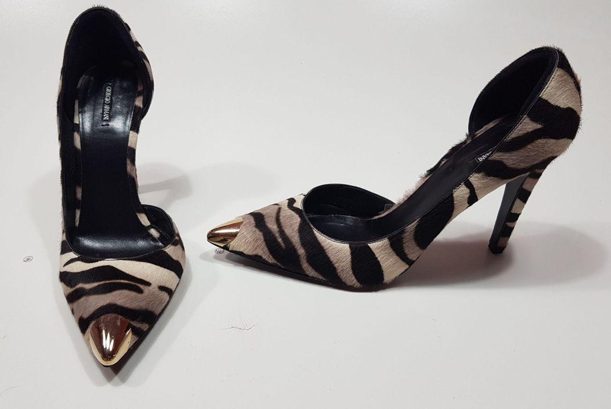 1d64280242 scarpin importado de grife giorgio armani em couro estilo zebra salto alto  e bico metálico -