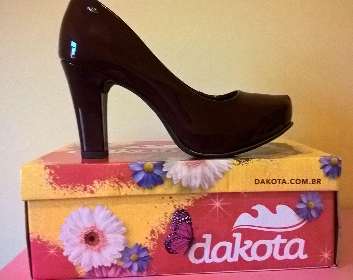 8b5f25e83 scarpin dakota verniz - sapatos dakota.  Czm6ly9wag90b3muzw5qb2vplmnvbs5ici9wcm9kdwn0cy8zodqynzivngq1m2m1ytk4yzeyngvkodcwogjjndazn2nlnwm1zdeuanbn