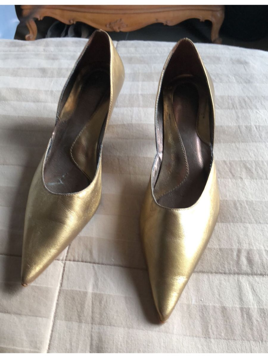 344f933113 scarpin ouro velho - sapatos claudina.  Czm6ly9wag90b3muzw5qb2vplmnvbs5ici9wcm9kdwn0cy80njy0mdmvnwuyowmwmdiwytc0yzjhnznjm2q5ntc5mwuxyte0zjguanbn