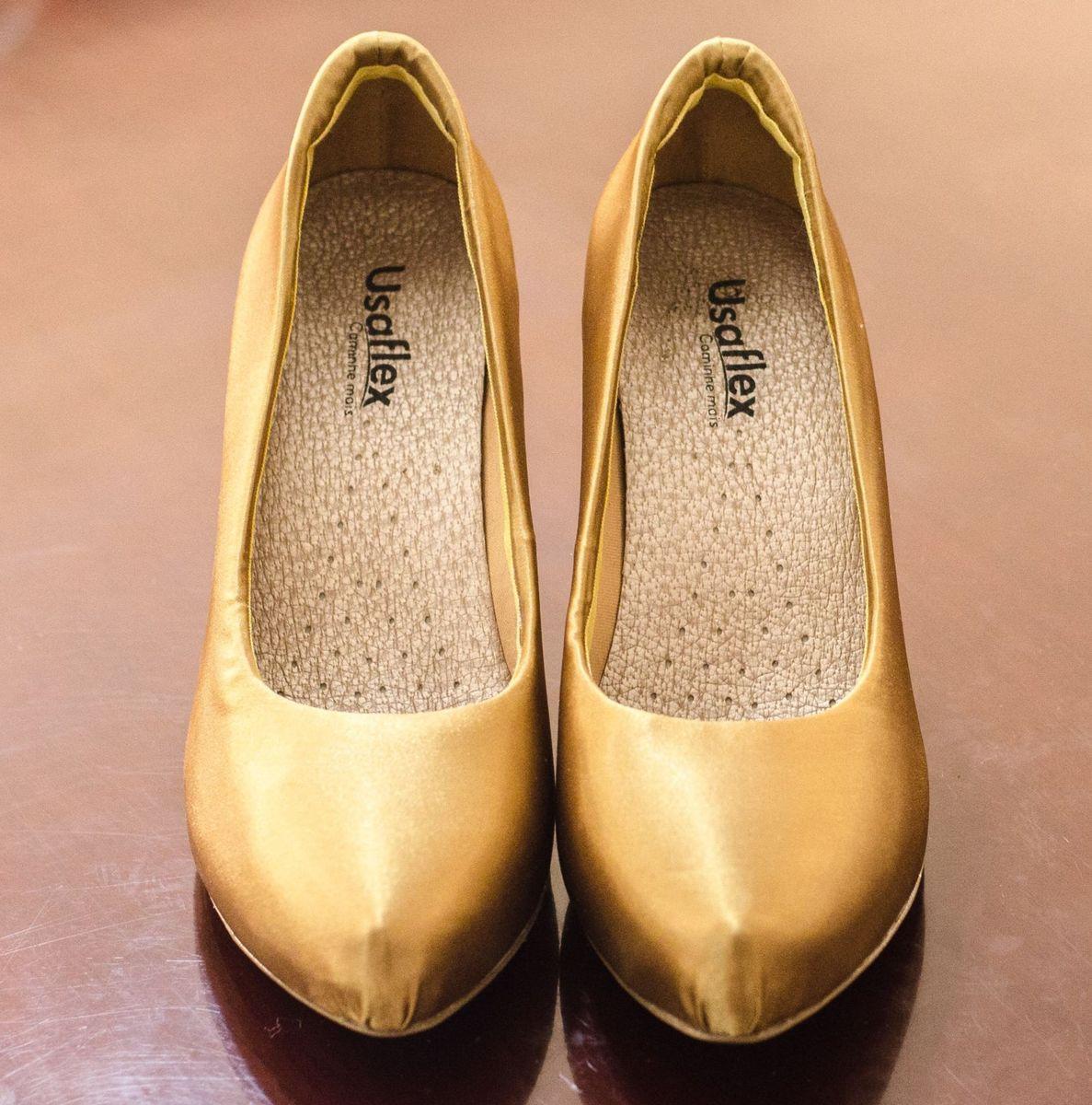 693b6f900 ... revestido de cetim dourado - sapatos usaflex.  Czm6ly9wag90b3muzw5qb2vplmnvbs5ici9wcm9kdwn0cy83ndkxmjk2lzkxmwi2zmu4zjy1owy2odrjnwi3ndi4otrkogrlytm3lmpwzw