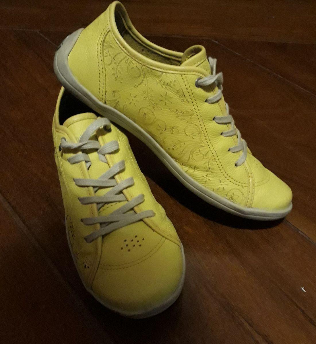 1e5cd970d3 tênis amarelo - tênis cravo e canela.  Czm6ly9wag90b3muzw5qb2vplmnvbs5ici9wcm9kdwn0cy85nzy4odk4lzdhmtrmngvhytk3ymrjnzy5yjeyyzflzjg0zmqznwzilmpwzw  ...