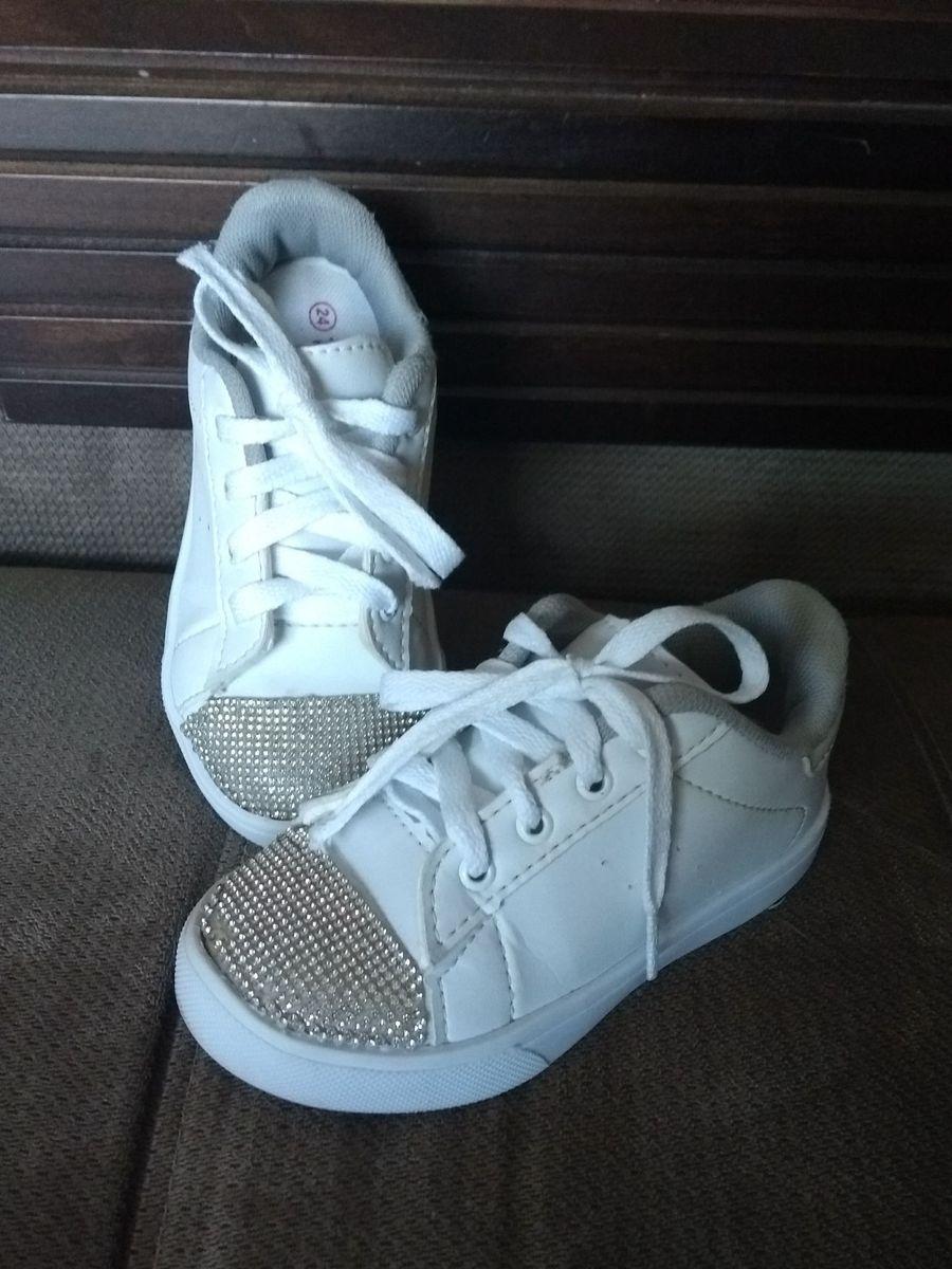 d95735fe2e9 tênis branco com brilho! - menina tricae.  Czm6ly9wag90b3muzw5qb2vplmnvbs5ici9wcm9kdwn0cy84mdg0ndy2lzy2zmnjnjkwmjc0yze3nja5ztuzmzu5ywu4yjczodi2lmpwzw  ...