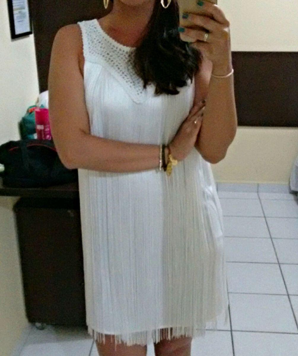 dba589a35 vestido branco com franjas - vestidos riachuelo.  Czm6ly9wag90b3muzw5qb2vplmnvbs5ici9wcm9kdwn0cy81mtm5ndk5lza5ognjmwy0zgzkmguwy2vjnmrkmde0ywixmtvimmrmlmpwzw  ...